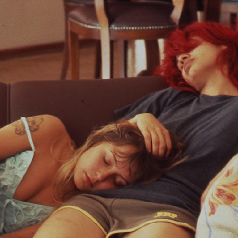 """İki Genç Kız (2005): """"Önümüze Gelene Bin Tekme!"""""""